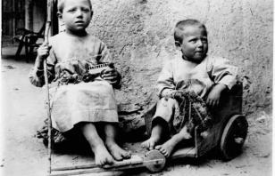 Giochi da ricchi, giochi da poveri. Fotografie e antichi giocattoli